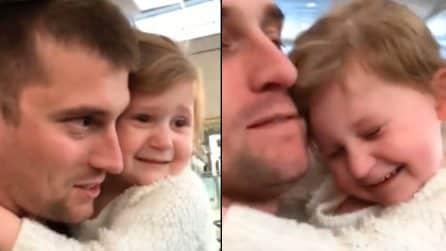 Arriva papà, la bimba corre ad abbracciarlo e piange di gioia