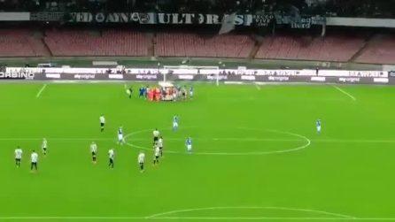 Ospina perde i sensi: il portiere del Napoli applaudito all'uscita dal campo
