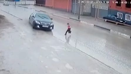 Bambino attraversa la strada senza guardare: le immagini sono da brvidi