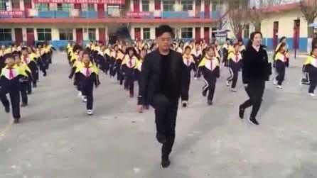 Il preside che tutti vorrebbero: ogni giorni balla con i suoi 700 studenti
