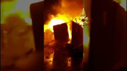 Caserta, incendio in un'azienda di rifiuti: le immagini del rogo
