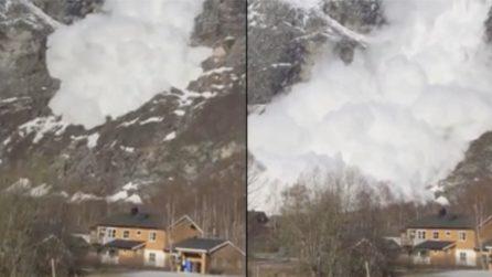 Una gigantesca valanga travolge le case: le immagini assurde
