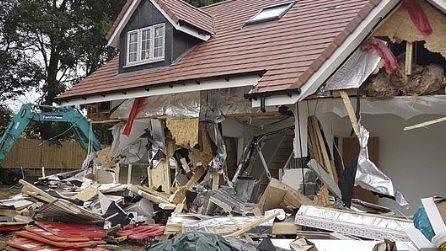 Non viene pagato per il suo lavoro: costruttore distrugge le case destinate agli anziani