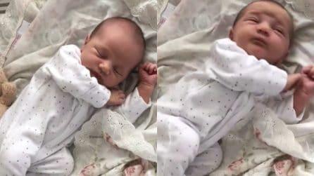 Dopo un lungo pisolino il bimbo ha il singhiozzo: il dolcissimo risveglio