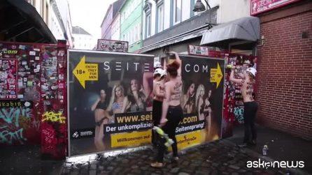 8 marzo, ad Amburgo Femen demoliscono il muro del quartiere rosso