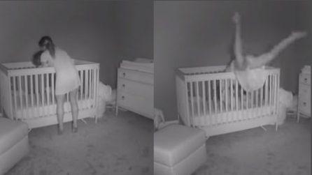 Mamma mette nella culla il figlio: le telecamere riprendono quello che accade