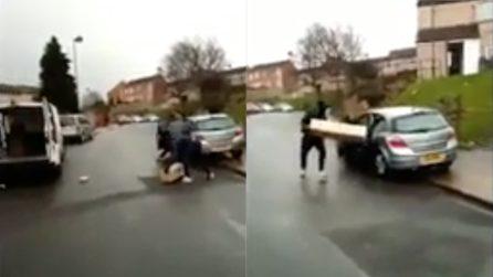 Banda di ladri saccheggia il furgone di Amazon e riempie di pacchi l'auto