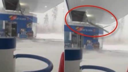 La tempesta di vento si abbatte su una stazione di servizio e spazza via i pannelli