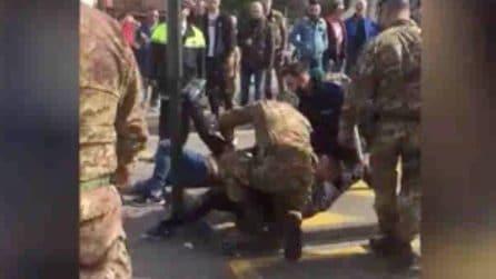 Accoltellamento in pieno giorno a Venezia: i militari soccorrono i feriti