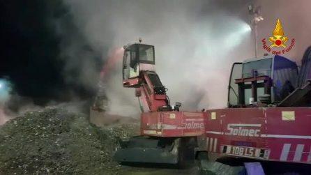 Ancora un rogo di rifiuti: in fiamme un deposito di stoccaggio a Serino (Avellino)