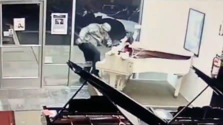 Rompe la vetrina di un negozio di pianoforti, ma il furto è impensabile