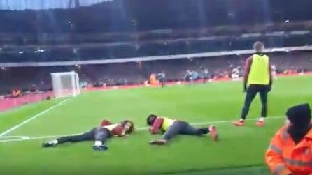 Non riescono a vedere il rigore: tifosi chiedono ai calciatori di stendersi per poter guardare