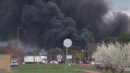 Perugia, incendio in un capannone di rifiuti: la colonna di fumo è spaventosa