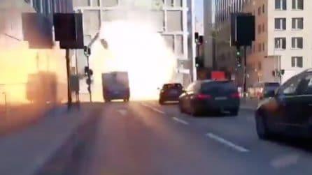 L'autobus esplode in strada mentre si muove nel traffico