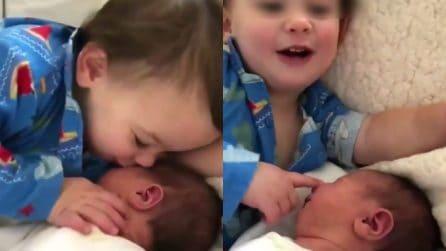 """""""Naso, capelli, orecchie"""", descrive il suo fratellino: una scena meravigliosa"""