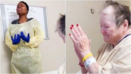 Infermiera canta per una nonna triste in ospedale: con la musica cura le ferite del cuore