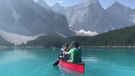 Fanno canoa in un posto mozzafiato: il panorama è incredibile
