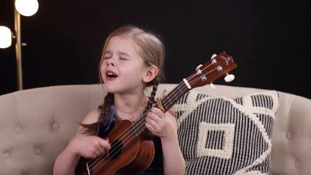Questa dolcissima bambina suona la sua chitarra e canta in modo magnifico