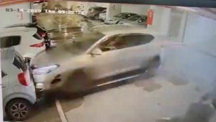 L'auto arriva a tutta velocità dentro al garage: succede un disastro