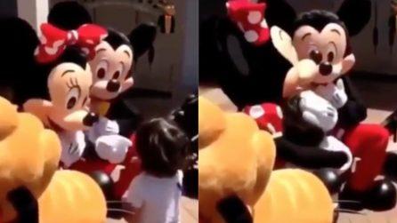 Minnie si avvicina al bambino, quando capisce che è sordo ecco il colpo di scena