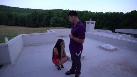 Sorprende la fidanzata con una proposta di matrimonio: la reazione della ragazza è sorprendente