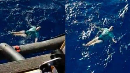 Disperso in mare si salva trasformando i suoi jeans in un salvagente