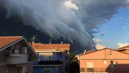 Teramo, il cielo diventa nero: le immagini inquietanti della shelf cloud