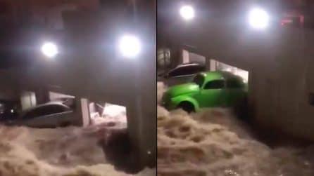 Inondazioni travolgono le case e spazzano via le auto: situazione drammatica in Brasile