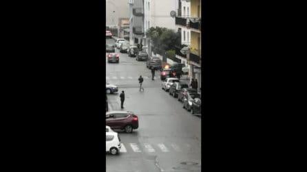Reggio Calabria, le immagini dell'auto data alle fiamme con dentro la ex moglie