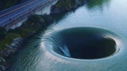 """Un enorme """"buco"""" nel bel mezzo del lago: le suggestive immagini dall'alto"""