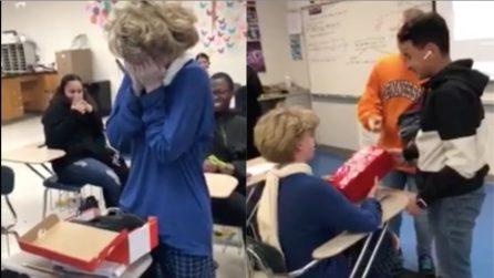 Cambia scuola perchè bullizzata, i suoi compagni di classe le dimostrano quanto bene le vogliono