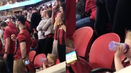 Va allo stadio per guardare la partita, trova uno stratagemma per intrattenere la figlia
