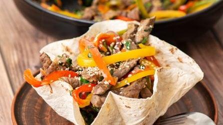 Filetti di carne in cesto di piadina: l'idea per servire la cena in modo originale!