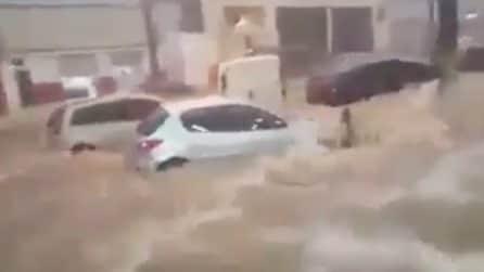 La forza dell'acqua trascina via le auto: strade come fiumi in piena