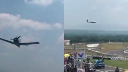 L'aereo passa sopra le teste degli spettatori: finisce in tragedia