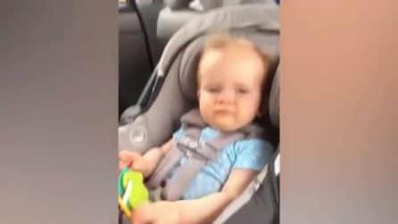Finestrino abbassato in auto: il vento in faccia al piccolo che reagisce così