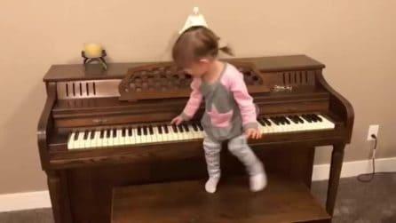 La piccola passeggia sul pianoforte: ma c'è una brutta sorpresa per lei