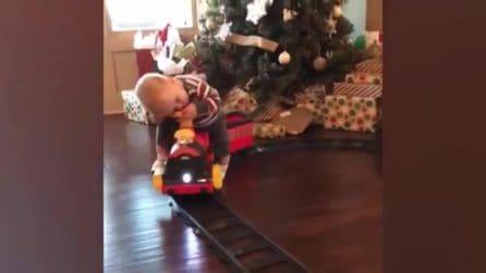 Il dolce sonnellino del piccolo che si addormenta sul suo trenino
