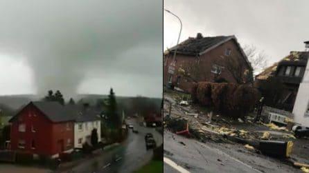 Il tornado spaventoso distrugge le case: la scena è apocalittica