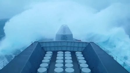 La nave da guerra affronta la tempesta: le onde impressionanti