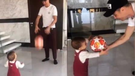 Cristiano Ronaldo gioca con sua figlia: la piccola sembra già amare il calcio