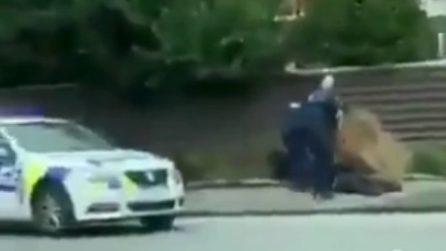 Attentato Nuova Zelanda, la polizia ferma e arresta uno dei terroristi