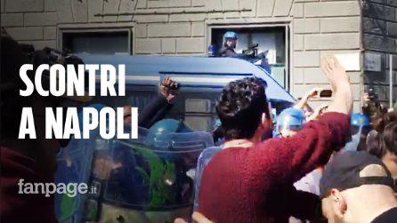 Salvini a Napoli, scontri tra polizia e centri sociali durante il corteo degli studenti per il clima
