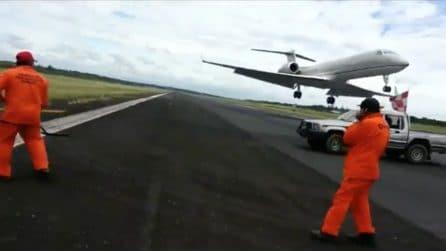 Attimi di terrore: l'aereo sfiora gli operai che riparano la buca sulla pista