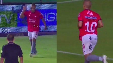 Gli rivolgono insulti razzisti e compie un gesto forte: attaccante brasiliano abbandona la partita