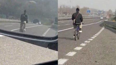 In autostrada con la bici: un automobilista riprende la scena