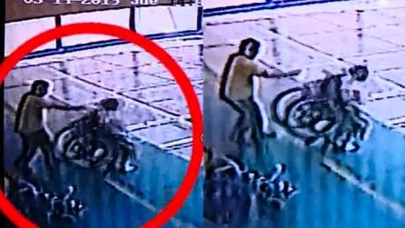 Ragazzina disabile scaraventata a terra dalla sedia a rotelle: le immagini choc