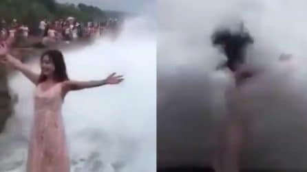 Si mette in posa per una foto ma viene investita da un'onda gigante: immagini terribili