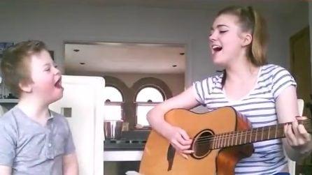 Cantano insieme a squarciagola: non c'è modo migliore per rendere felice il suo fratellino