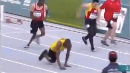 Atleta disabile corre 50 metri con le mani: le immagini incredibili
